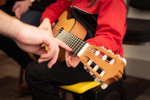 un enfant qui joue de la guitare